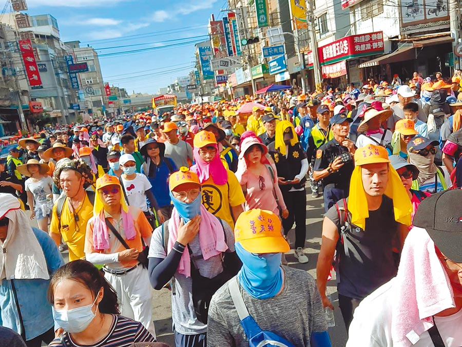 白沙屯媽祖「粉紅超跑」鑾轎11日下午飛快進入台中海線,吸引3萬多名信眾追隨。(民眾提供)
