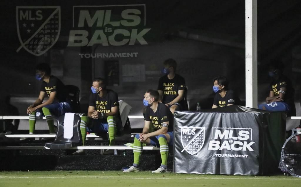 MLS球員戴口罩在場邊看球。(美聯社資料照)