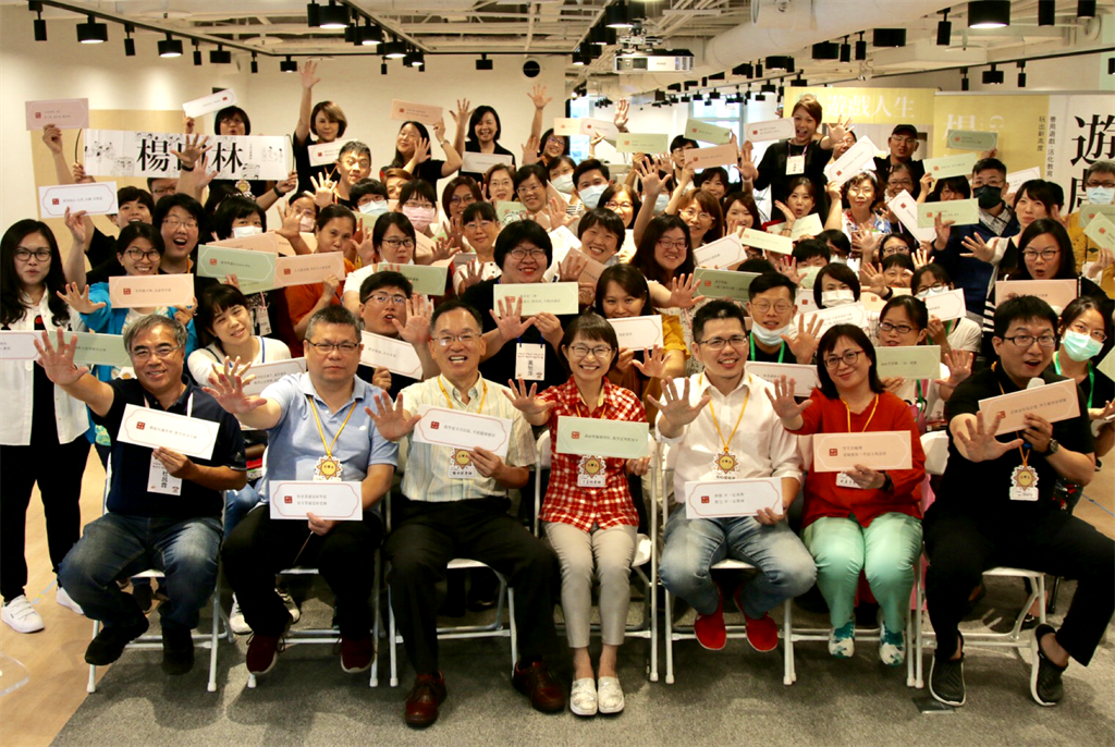 楊田林老師12日在WORK HUB共享商務空間舉辦遊戲人生新書簽書會,吸引大批粉絲聚集。(主辦單位提供/柯宗緯高雄傳真)
