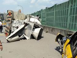 水泥預拌車撞小黃 直接「灌漿」百齡橋