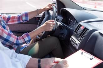 少女學開車慘遭鹹豬手 教練:「愛液可以幫你消毒」