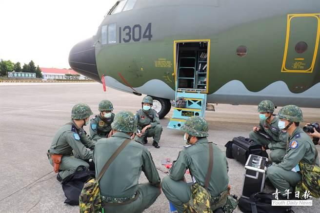 屏東基地C-130運輸機組員,在接獲命令後立即進行戰保存計畫壞緊急起飛。(青年日報提供)