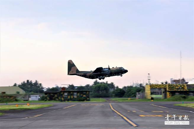 C-130運輸機也在天剛亮時就緊急起飛到東部各機場進行戰力保存。(青年日報提供)