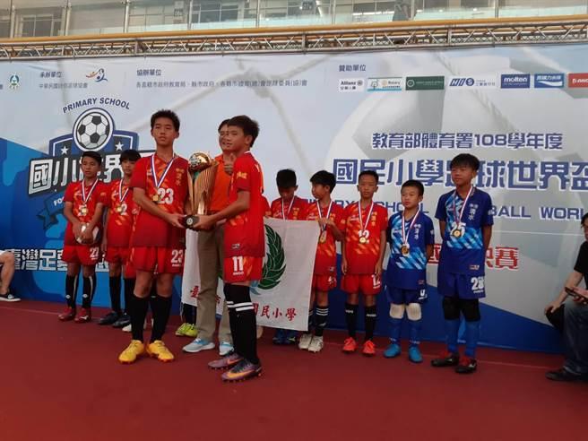 清水國小在「第一屆國民小學世界盃全國足球賽」,勇奪冠軍。(清水國小提供/陳淑娥台中傳真)