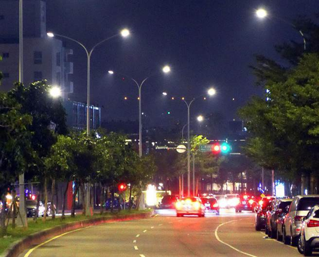 市議員張玉嬿建議,市府應儘早訂出一套智慧路燈5G基地台的管理規範和通用規格,因應5G新時代來臨。(台中市政府提供/陳世宗台中傳真)