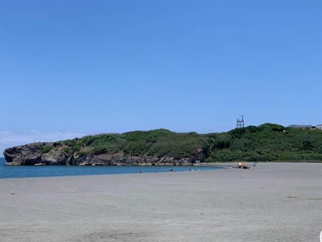 旗津海水浴場水域7月15日起公告開放,分為水域動力及非動力遊憩活動使用。(柯宗緯攝)