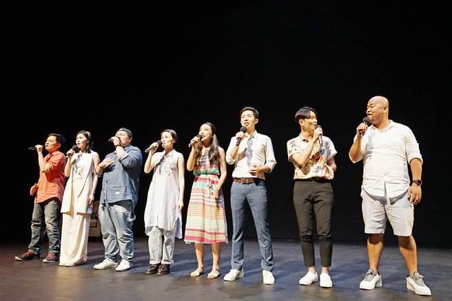 《台灣有個好萊塢》音樂劇演員在記者會演唱終曲〈故事的起點〉(由左至右分別為:蔡邵桓、管罄、林玟圻、詹馥瑄、許照慈、竺定誼、周家寬、曾志遠) 。(台中國家歌劇院提供/陳淑芬台中傳真)