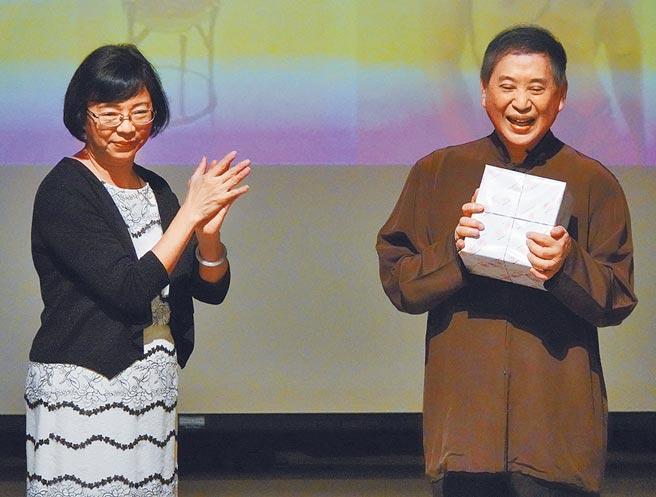 作家白先勇(右)12日捐贈12件手稿給國家圖書館,並接受國家圖書館長曾淑賢(左)贈送紀念品。(中央社)