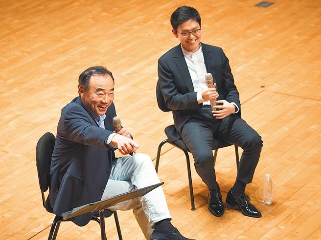 林昭亮(左)近年經常返台,和學子分享演奏心法。右為小提琴家曾宇謙。(大師星秀音樂節提供)