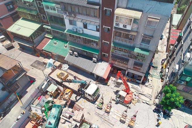 新北市永和文化路工地施工造成路基塌陷,12日持續灌漿補強地基。(新北市消防局提供/王揚傑新北傳真)