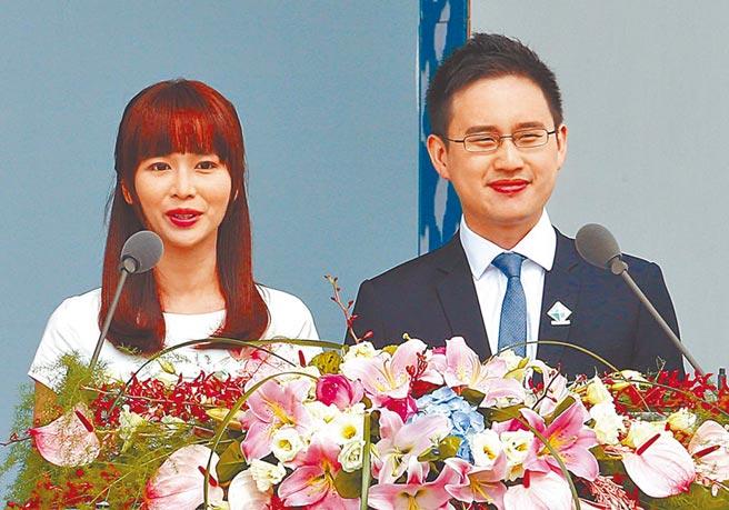 行政院將草擬「約聘人員人事條例」,未來類似「口譯哥」趙怡翔(右)的事例將越來越多。(資料照)