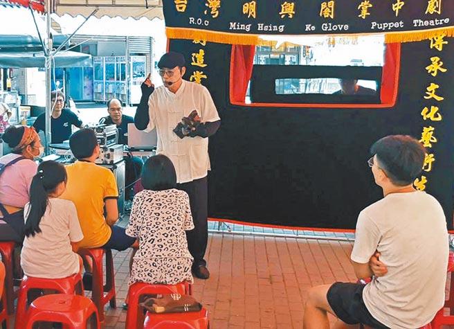 屏東縣政府舉辦暑期藝文系列活動,「藝術宅急便」到屏東縣進行鄉鎮巡演,讓民眾方便欣賞。(潘建志攝)