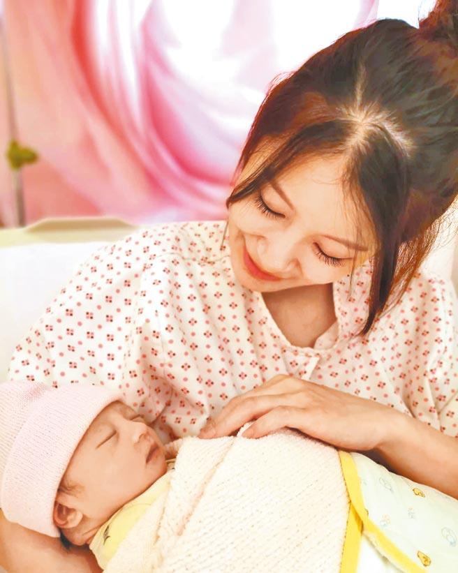 趙孟姿11日晚間手抱愛女,滿臉笑意。(摘自許孟哲臉書)