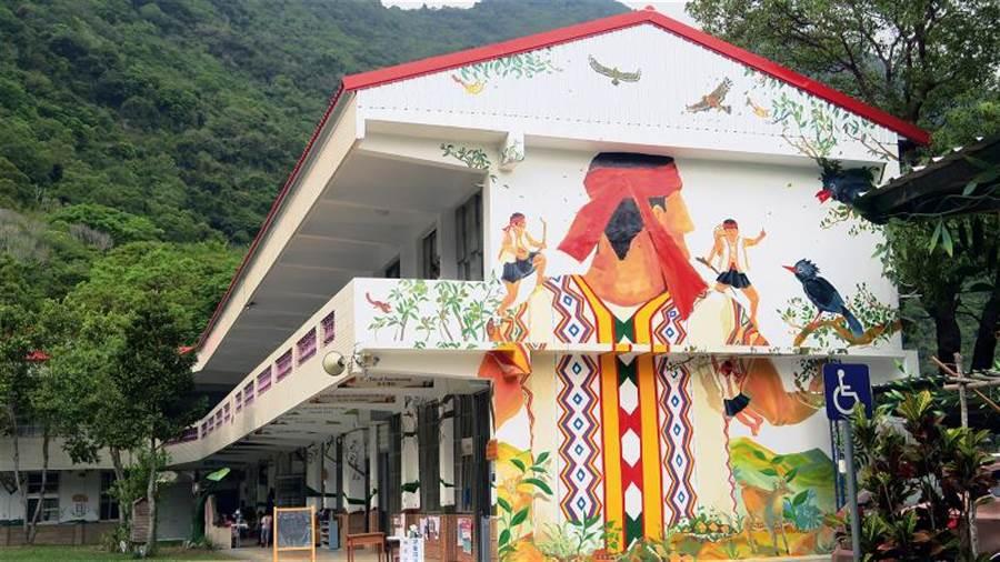 把布農族的生活情境彩繪在教室外牆,是錦屏國小的校園亮點。(鄧慧純攝)
