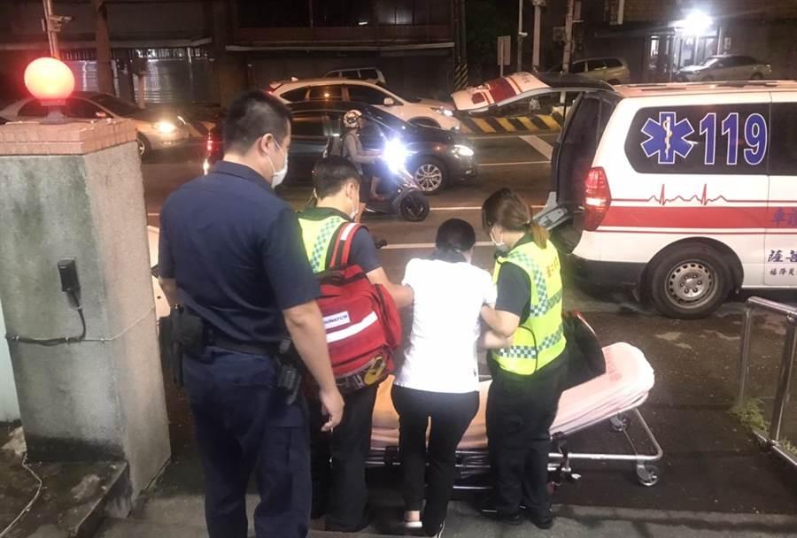 林姓女子在駕車就醫途中難忍疼痛,緊急下車向警方求援。(東勢警分局提供/陳淑娥台中傳真)