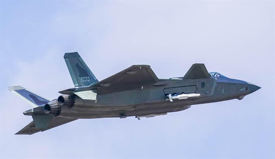 解放軍殲-20戰機2019年10月進行掛彈飛行展示的畫面。(新華社)