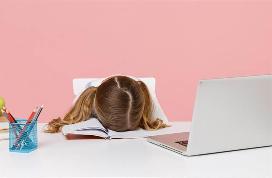 持續頭痛別輕忽!一名11歲女童長期頭痛,突然暴斃在書桌前,查出死因是「腦中風」,原來女童患有先天性動靜脈畸形。(示意圖,達志影像/shutterstock提供)