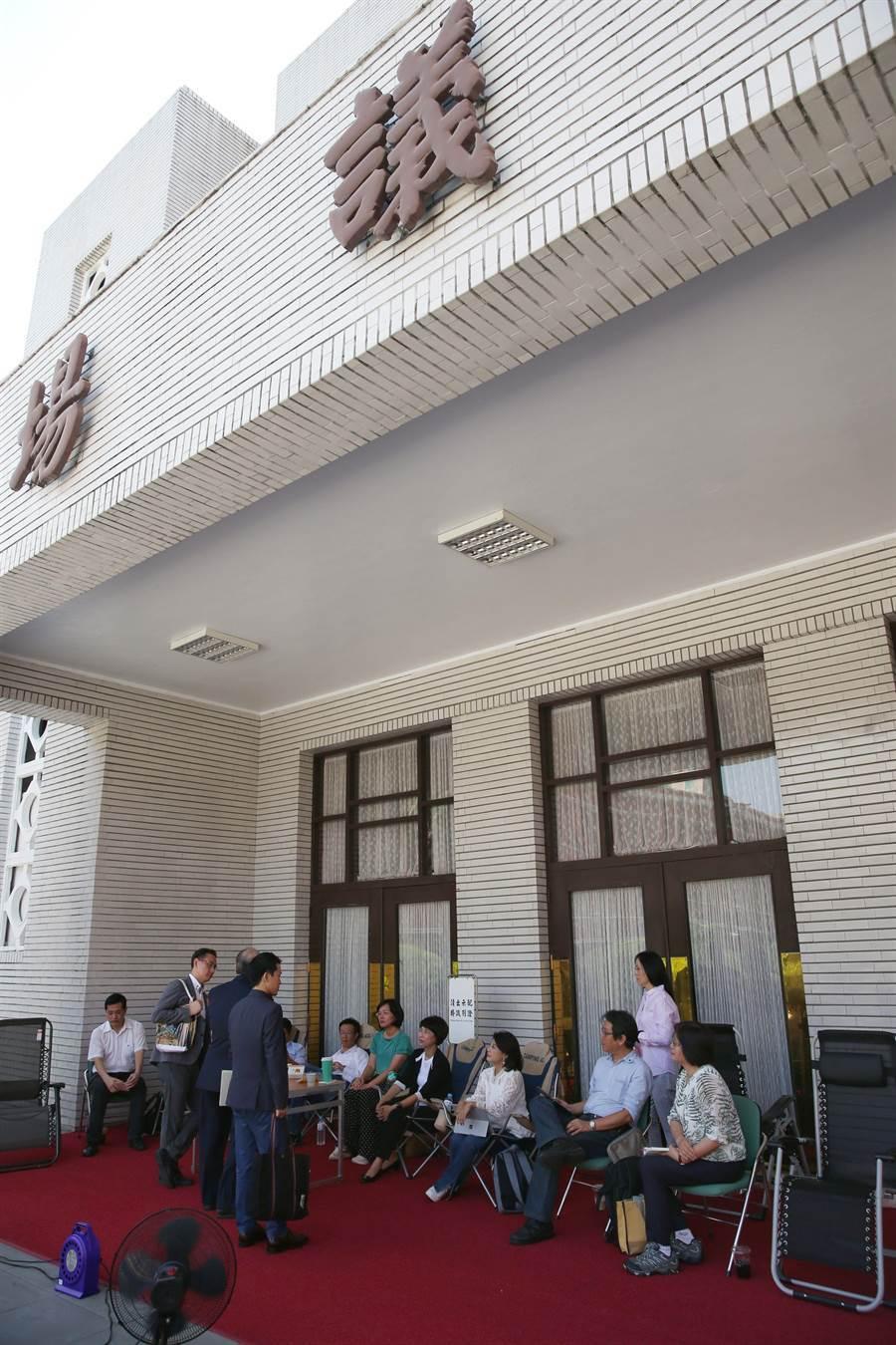 立法院14日起審查充滿爭議的監察院人事案,民進黨團為預防國民黨再次發動奇襲,委員輪班在議場前待命。(王英豪攝)