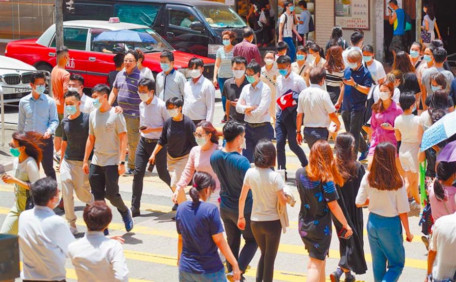 圖為銅鑼灣街頭香港市民戴口罩出行。(中新社資料照片)