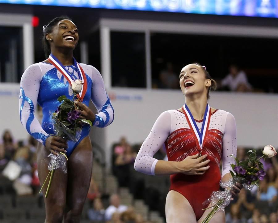 美國體操女將拜爾斯(左)與妮可斯站上領獎台。(美聯社資料照)