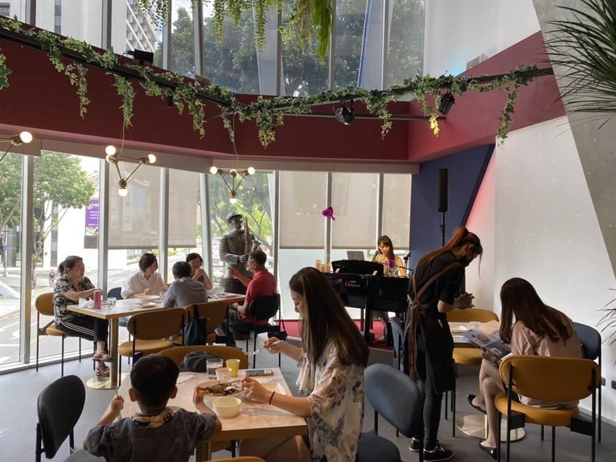 「超藝術。好食空間」不但提供美味可口的義法料理,並結合現場樂師演奏,更有許多銅雕等藝術品,營造出歡樂、溫馨的聚餐空間。(馮惠宜攝)
