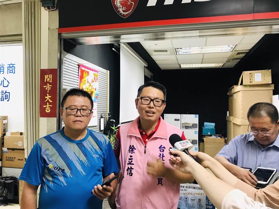 中華電信在光華商場的上網通訊品質不佳,已超過10天,引起商家抱怨連連,北市議員徐立信(中)13日接獲陳情開記者會,痛批中華電信只顧收錢、沒有服務。(張穎齊攝)
