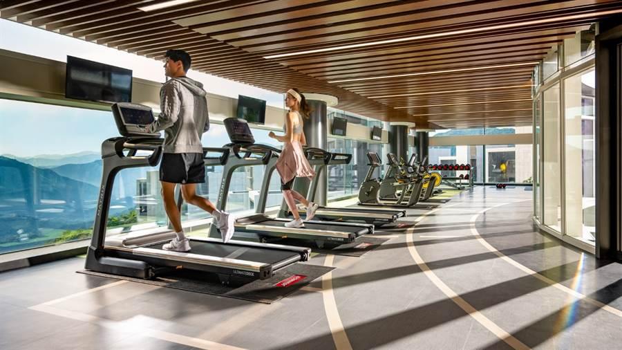 位於3樓的健身房擁有整片落地窗,可一覽戶外美景。/中時電子報攝