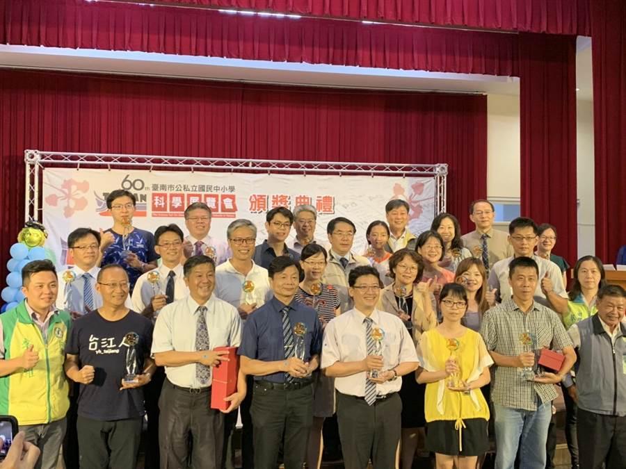 台南市政府今日(13)在新南國小舉辦第60屆公私立國民中小學科展頒獎典禮,今年南市共有15件作品將代表參加全國科展。(李宜杰攝)