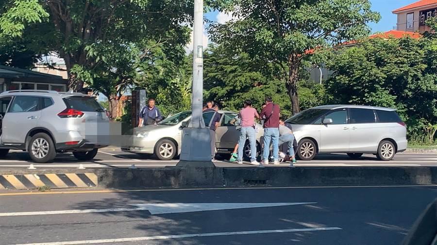 新竹市第三分局今天下午4點17分南下嘉義圍捕「性剝削案」嫌犯。(讀者提供)