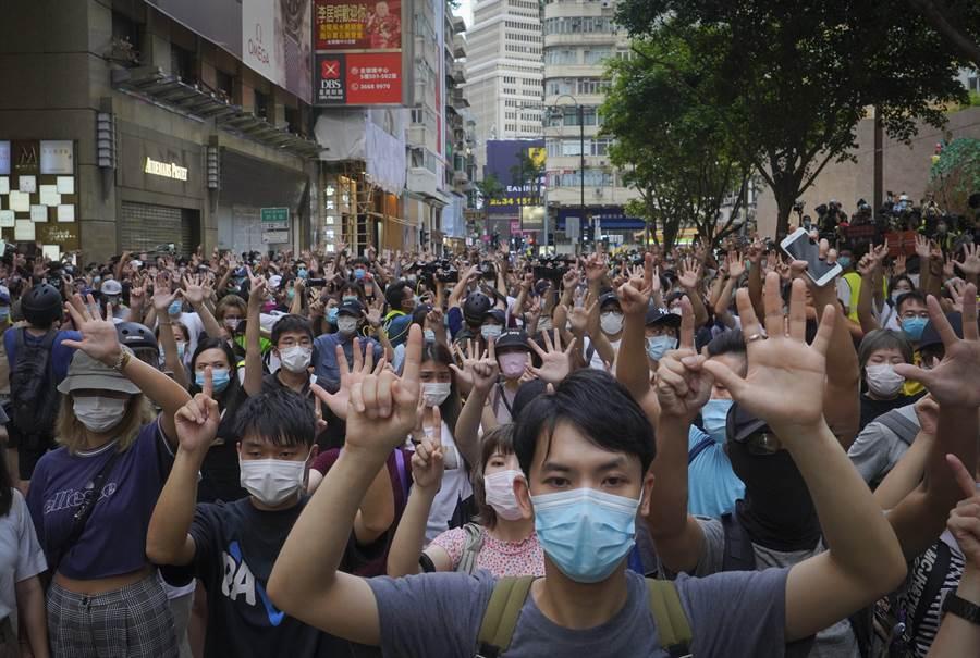 美國政府官員正考慮就最近實施的《香港國安法》對大陸進行懲罰,但香港作為全球金融中心地位的現實限制了華盛頓可用的有效手段。圖為日前香港遊行反對實施香港國安法。(圖/美聯社)