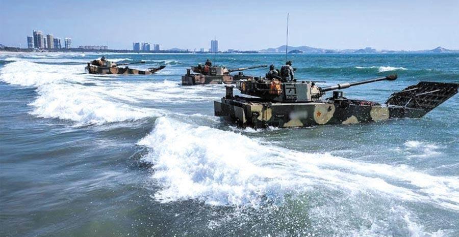 美國軍事專家艾克斯撰文宣稱大陸解放軍攻台勢必先拿下澎湖。圖為解放軍進行搶灘登陸訓練。(摘自中國軍網)
