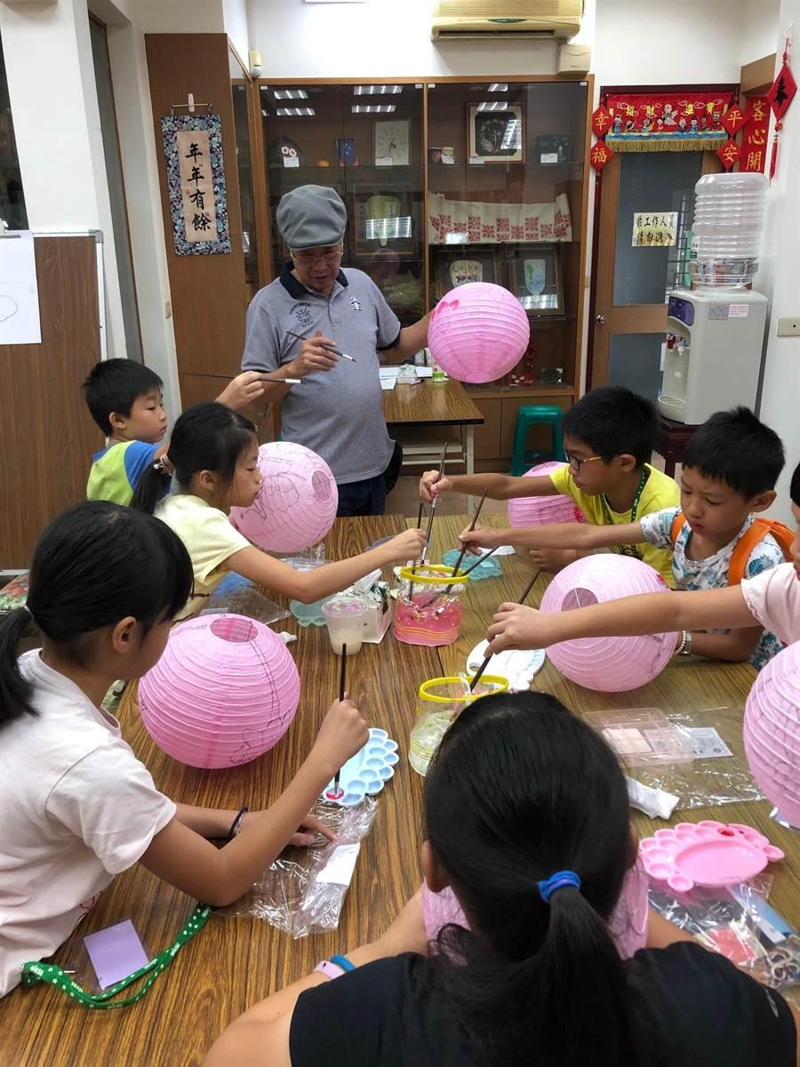 彩繪名家蔡龍進去年教導孩子畫燈籠。(朴子市公所提供/張毓翎嘉義傳真)