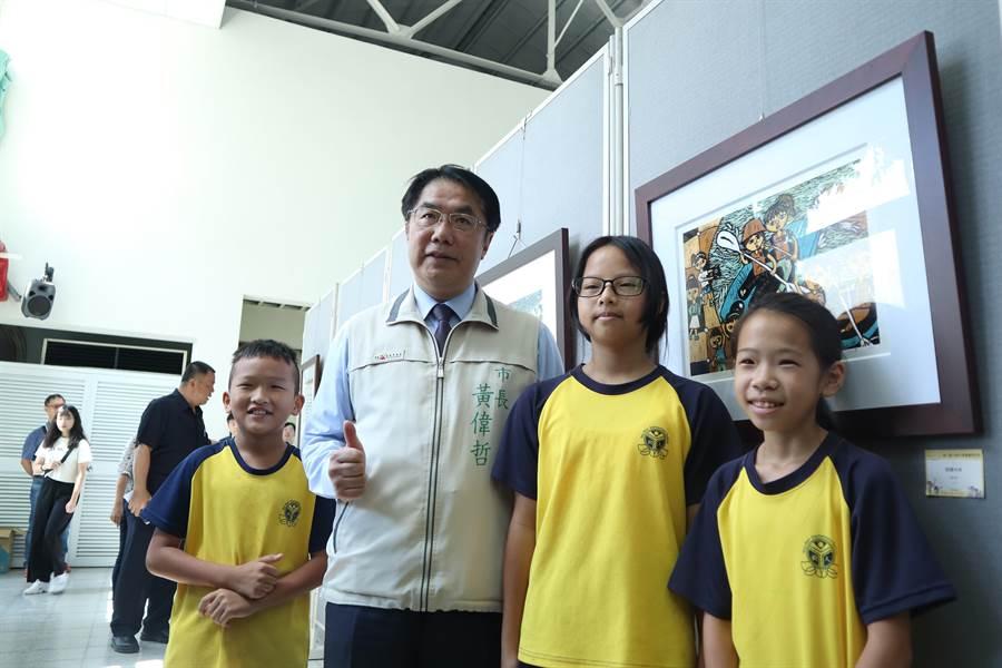 台南市樹人國小推動版畫教育多年,今年配合「兒童藝術教育節」活動,於13至18日在台南南美里活動中心舉辦版畫展,陳列師生歷年來創作。(李宜杰攝)