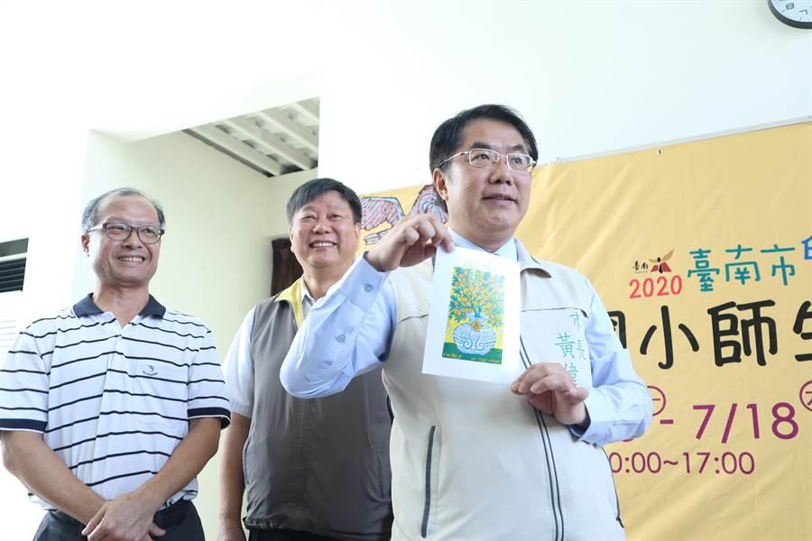 台南市長黃偉哲(右)13日也體驗版畫創作。(李宜杰攝)
