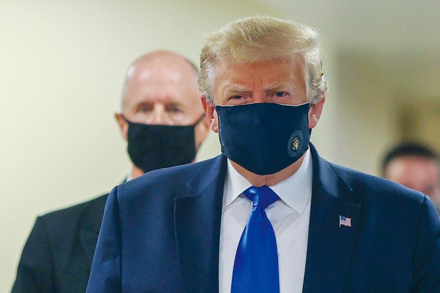 川普視察華特李德國家軍事醫療中心時,戴起繡著總統徽章的藍色口罩。圖/路透