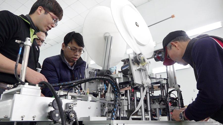 工具機與零組件業者派員協助口罩生產機台組裝與調校。圖/業者提供