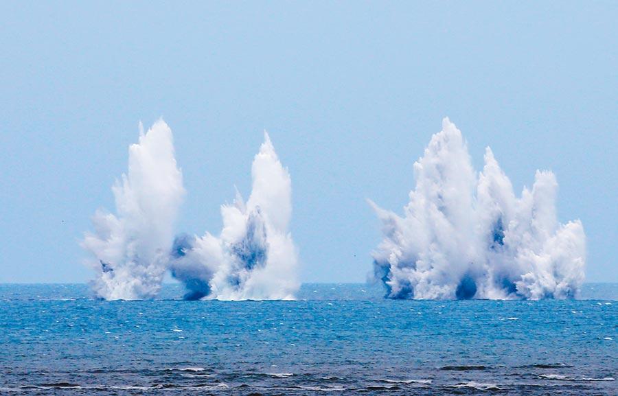 漢光36號演習今起一連操演5天,展現陸海空制敵實力。圖為F16戰機日前在甲南海灘演練投彈襲擊登陸船艦,激起高聳浪花。(本報資料照片)