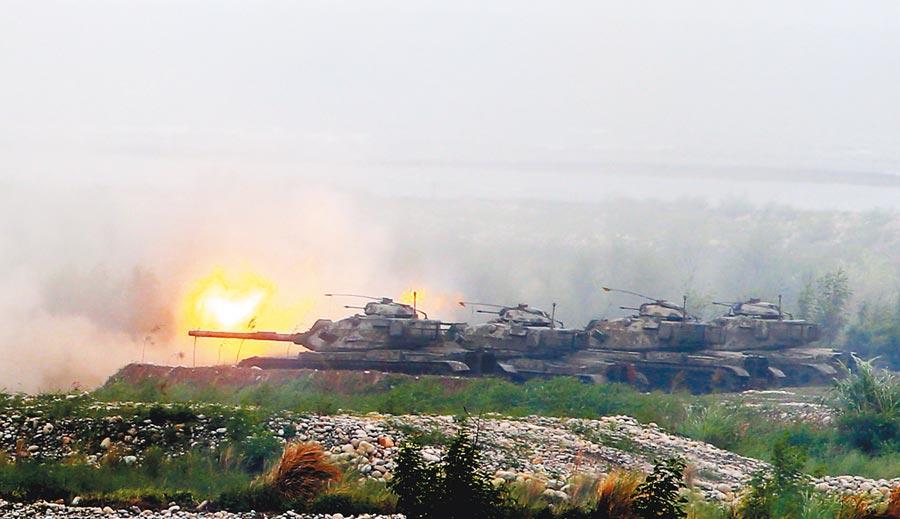 M60A3戰車對灘頭登陸敵軍開炮。(本報資料照片)
