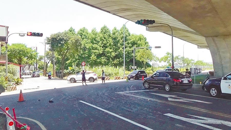宜蘭縣壯圍鄉美福路與國道5號側車道路口,12日發生小貨車追撞電動機車事故,造成2名印尼籍移工不治。(讀者提供/李忠一宜蘭傳真)