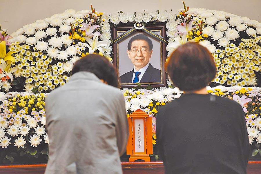 南韓首爾市長朴元淳的親友10日前往首爾大學醫院的靈堂悼念。(美聯社)