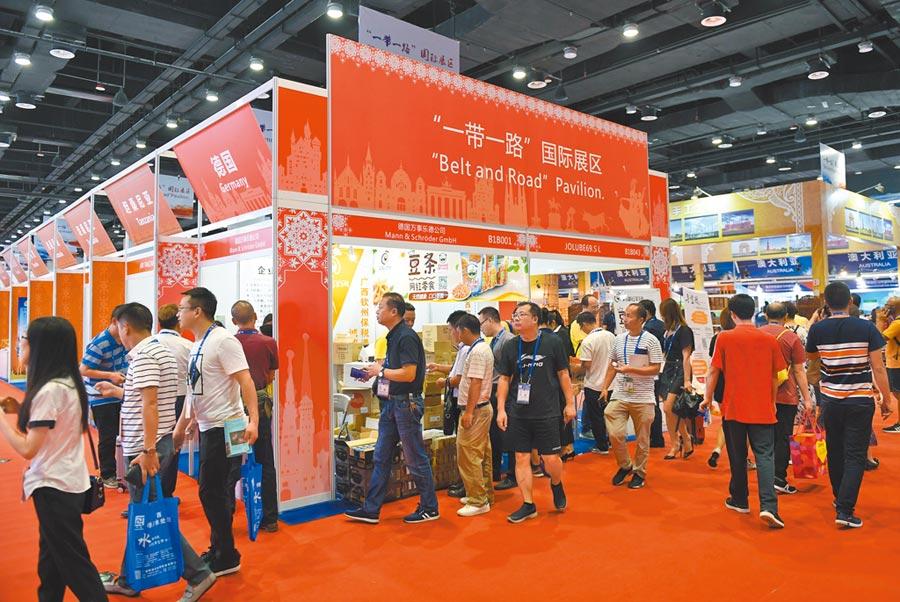 廣西南寧邊境貿易量大,圖為民眾在南寧舉行的中國—東盟博覽會「一帶一路」國際展區參觀。(新華社資料照片)