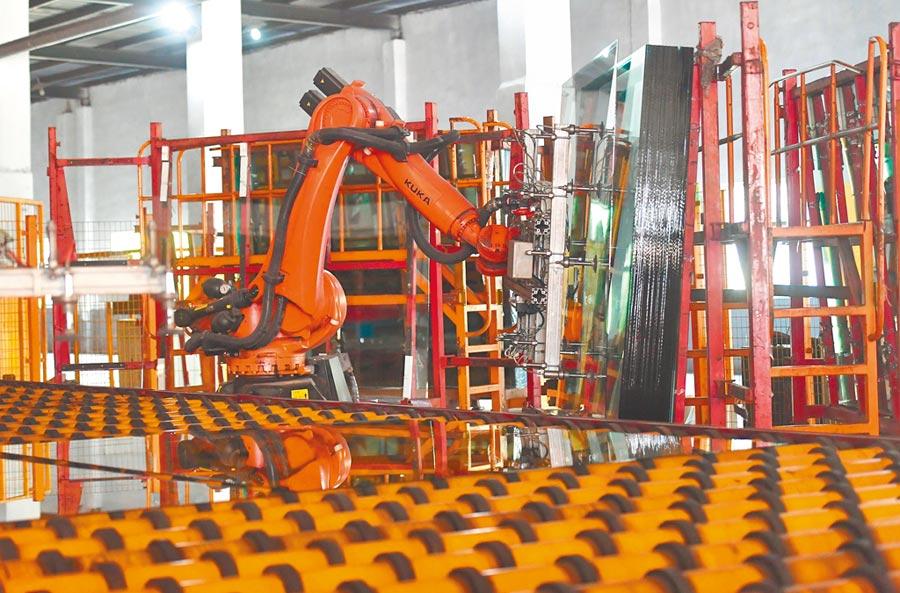因應人工日漸昂貴,產業須升級工廠自動化,圖為4月29日,河北南和縣一家玻璃生產企業的自動化玻璃生產線。(新華社)