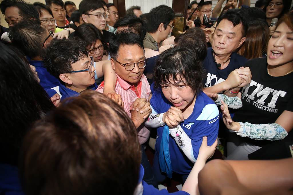 國民黨立委在議場後方想要進入議場,遭民進黨立委強力阻擋,雙方爆發推擠衝突。(姚志平攝)