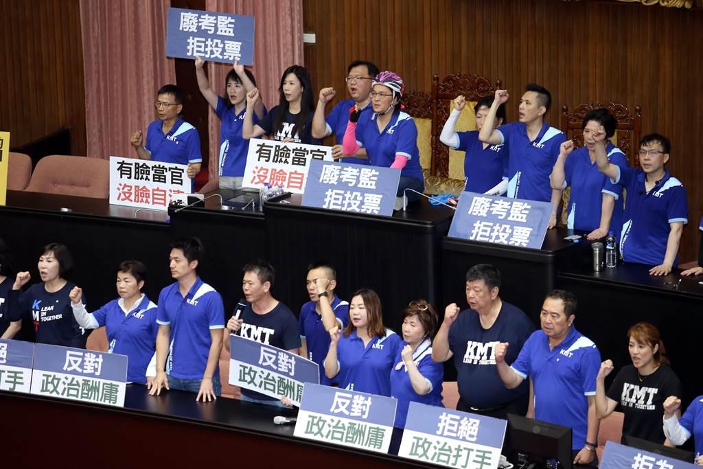國民黨立委占領主席台並舉牌抗議。(姚志平攝)
