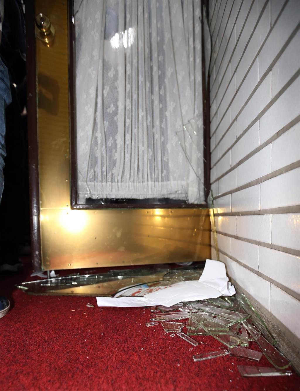 議場後門玻璃在藍綠衝突中破碎。(姚志平攝)