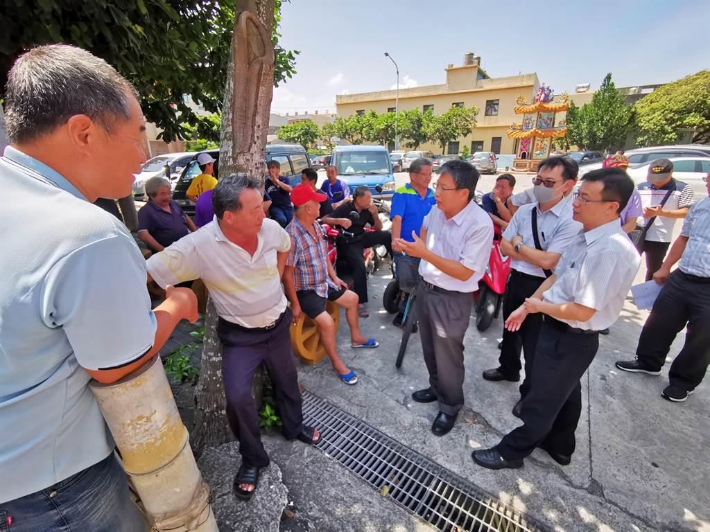 農業處長邱奕志(右三)也在會議前抵達現場,與當地居民交流意見,尋求共識。(吳建輝攝)