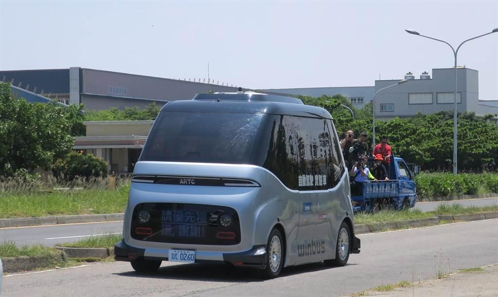 無人自駕小巴15日起正式上路載客,今天上午首發完成接駁路線載客運行。(謝瓊雲攝)