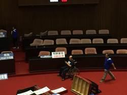 藍營佔領議場高呼「拒酬庸 撤提名」 吳斯懷坐輪椅參戰
