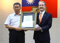台灣女婿紀維德 獲贈北市榮譽市民狀