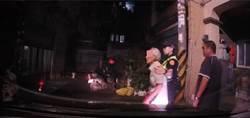 迷途老翁呆坐路旁 楊梅警助返家